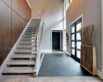 Cầu thang nên đặt bên trái hay bên phải? Vị trí phù hợp của cầu thang?